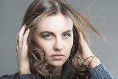 Sinnliche Brunette-Frau mit dem Fliegen-weg Haar Stockfotografie