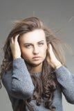 Sinnliche Brunette-Frau mit dem Fliegen-weg Haar Stockbild