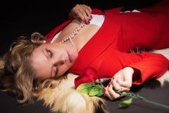 Sinnliche Dame im Rot Lizenzfreie Stockfotografie