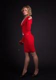 Sinnliche Dame im Rot mit stieg Stockfotos