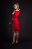 Sinnliche Dame im Rot mit stieg Lizenzfreie Stockbilder