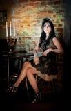 Sinnliche Dame mit kreativer Frisur im luxuriösen Weinleseinnenraum Stockbilder