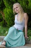Sinnliche Dame trägt blauen langen Rock Stockbilder
