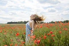 Sinnliche Frau auf dem Mohnblumengebiet Lizenzfreie Stockfotos