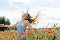 Sinnliche Frau auf dem Mohnblumengebiet Lizenzfreie Stockfotografie
