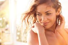 Sinnliche Frau bei Sonnenuntergang Lizenzfreie Stockfotografie