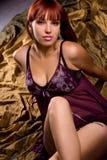 Sinnliche Frau über gefaltetem Hintergrund Lizenzfreies Stockfoto