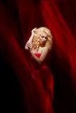 Sinnliche Frau, Dame im Rot, Valentinstag Lizenzfreie Stockfotos
