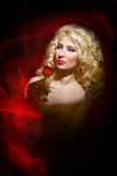 Sinnliche Frau, Dame im Rot, Valentinstag Stockbild