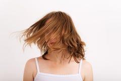 Sinnliche Frau, die blondes Haar auf weißem Hintergrund fliegt Lizenzfreie Stockfotos