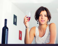 Sinnliche Frau, die Getränk genießt Lizenzfreie Stockbilder