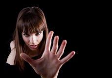 Sinnliche Frau, die ihre Hand zur Kamera ausdehnt Lizenzfreie Stockfotos