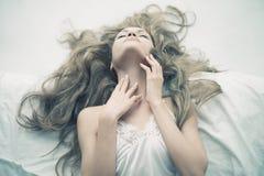Sinnliche Frau im Bett Stockbild