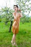 Sinnliche Frau im Blumenkranz Lizenzfreies Stockfoto