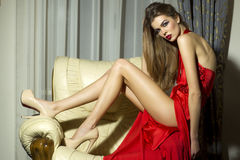 Sinnliche Frau im roten Kleid Stockfotografie