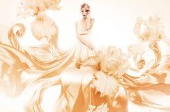Sinnliche Frau im schönen orange Kleid Lizenzfreie Stockfotografie