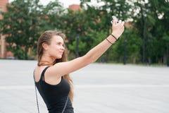 Sinnliche Frau machen selfie mit Kamera im Freien, Ferien Stockfotos