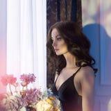 Sinnliche Frau mit Blumen Stockbild