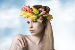 Sinnliche Frau mit Blumenfrühlingsblick Stockfotografie