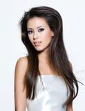 Sinnliche Frau mit den schönen langen braunen Haaren Stockbild