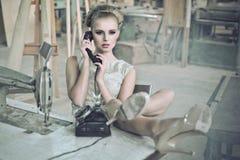 Sinnliche Frau mit einem Telefon Lizenzfreie Stockfotos