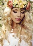Sinnliche Frau mit langem blondes Haar- und Blumenstirnband Stockfoto