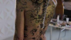Sinnliche Frau mit Schlange auf Hals stock footage
