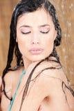 Sinnliche Frau unter Dusche Stockfoto
