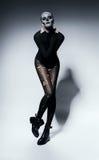 Sinnliche furchtsame Frau im Schwarzen Stockfotografie
