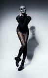 Sinnliche furchtsame Frau im Schwarzen mit Schatten Stockfotos