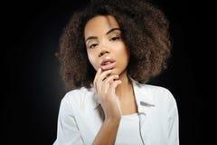 Sinnliche hübsche Frau, die einfaches weißes Hemd trägt Stockbilder