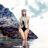 Sinnliche junge blonde Frau im Meer Lizenzfreies Stockfoto