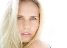 Sinnliche junge blonde Frau mit blauen Augen Lizenzfreies Stockfoto