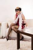 Sinnliche junge Dame im roten Erdrosseln Stockbild