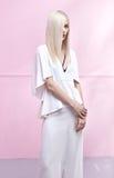 Sinnliche junge Dame mit schönem langem geradem Haarschnitt lizenzfreies stockfoto