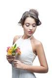 Sinnliche junge Frau mit Blume stockfotos