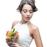 Sinnliche junge Frau mit Blume lizenzfreie stockbilder