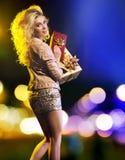 Sinnliche junge Frau mit vielen Geschenken Lizenzfreie Stockfotografie