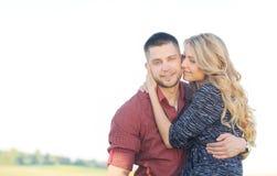 Sinnliche junge Paare in der Liebe haben Romance und Spaß draußen in der Summe Lizenzfreie Stockfotografie