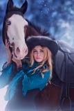 Sinnliche junge Schönheit, die ein Pferd reitet Lizenzfreie Stockbilder