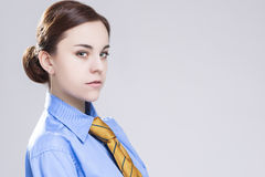 Sinnliche kaukasische Brunette-Geschäftsfrau herein im offiziellen blauen Hemd Lizenzfreie Stockfotos