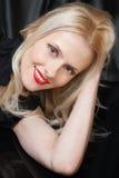 Sinnliche lächelnde Blondine mit den roten Lippen stockfoto