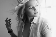 Sinnliche Land-Frau im Hut-Porträt Stockfotos