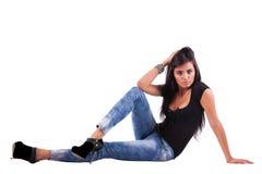 Sinnliche lateinische Frau auf dem Fußboden stockfotos