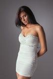 Sinnliche lateinische Frau, in einem weißen Kleid stockbilder