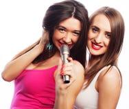 Sinnliche Mädchen, die mit Mikrofon singen Stockbilder