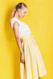 Sinnliche nette blonde Frau im langen gelben Rock Lizenzfreie Stockbilder
