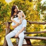 Sinnliche Paare in der Liebe im Freien lizenzfreie stockfotos