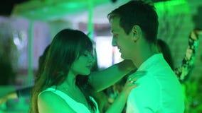 Sinnliche Paare der Liebhaber in der Mitte des Tanzbodens, der zusammen in eine vertraute Atmosphäre tanzt