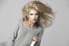 Sinnliche schöne Blondine Lizenzfreie Stockfotos
